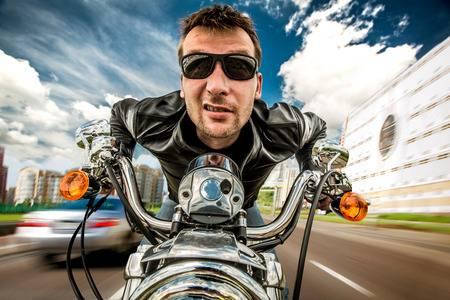 Ciclistas y motociclistas, la realidad en memes